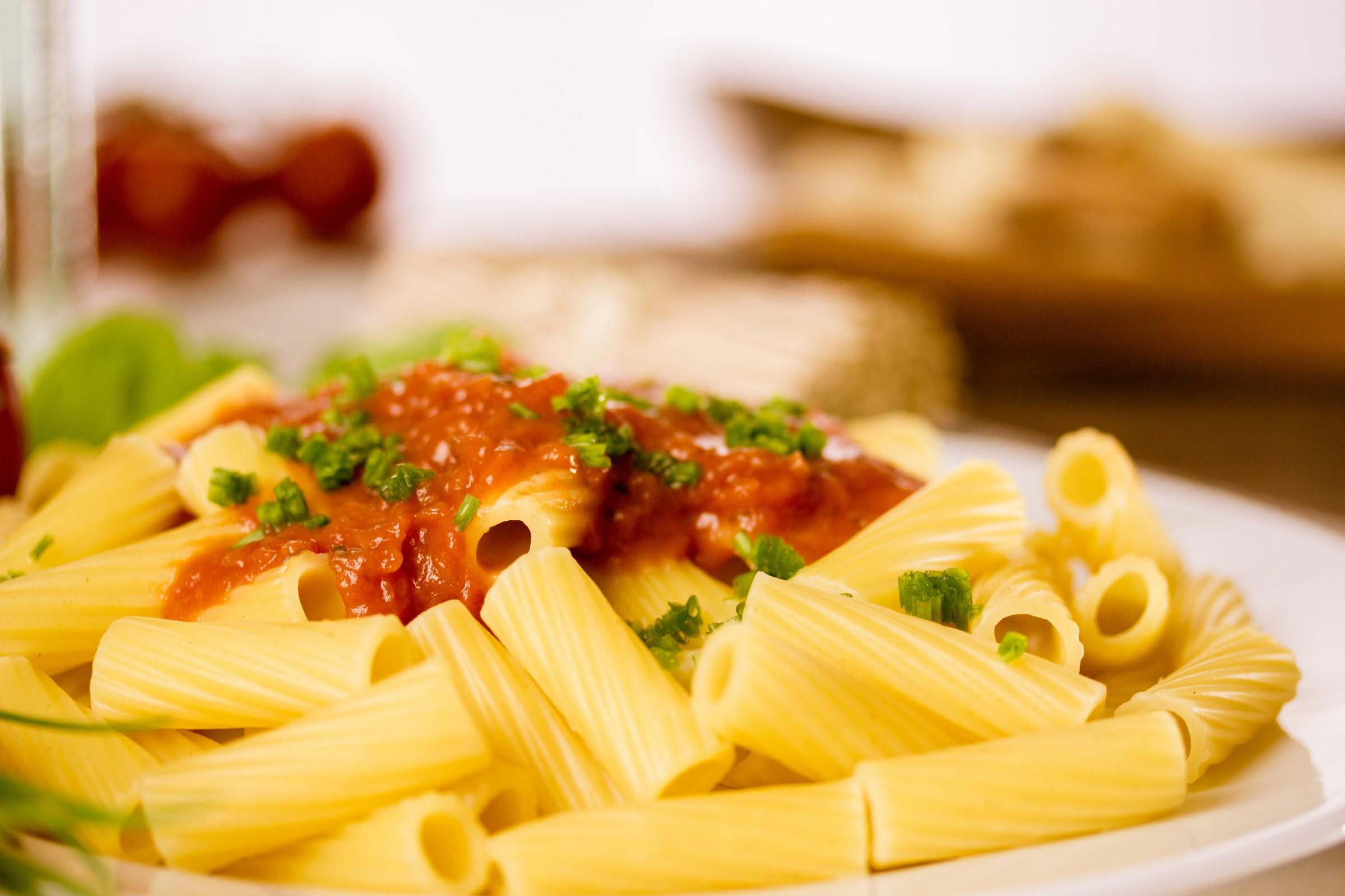 pølser med spaghetti i